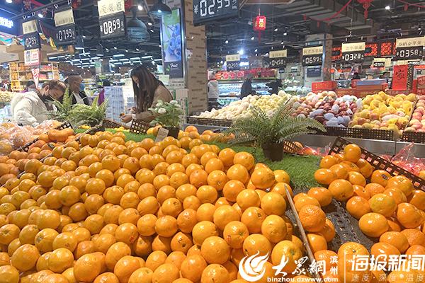 滨州多家大型超市果蔬等产品丰富 市民自觉戴口罩购物