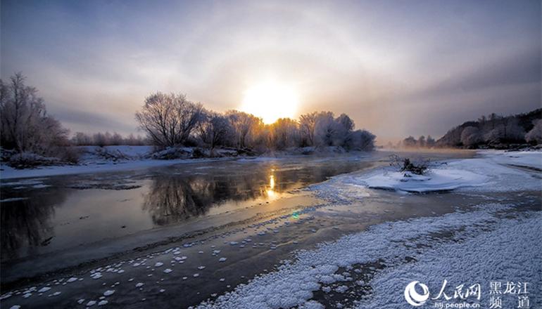 江堤雪柳,玉树琼花。进入11月份,大兴安岭加格达奇林业局东风林场甘河岸边是初冬最早能观赏到雾凇的地方。近期,陆续有摄影爱好者来到这里,感受雾凇之美。
