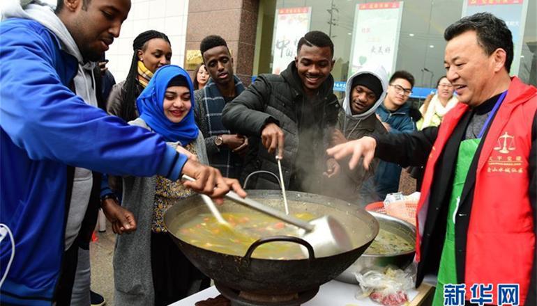 1月22日,留学生与社区居民一起品尝腊八粥。腊八节将至,来自巴基斯坦、牙买加、埃塞俄比亚等国的江苏大学留学生走进镇江市和平路街道金山水城社区,与社区居民一起制作、品尝腊八粥,感受中国传统文化。