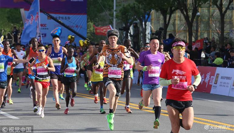 2018年4月15日,2018泰山国际马拉松赛在泰山国际会展中心起跑。