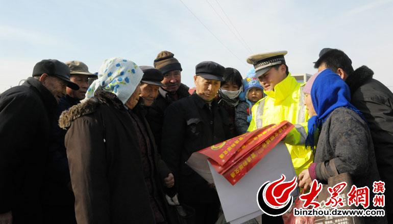770民警在集市发宣传挂历.jpg