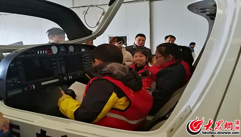 大众网小记者体验飞机驾驶舱.jpg