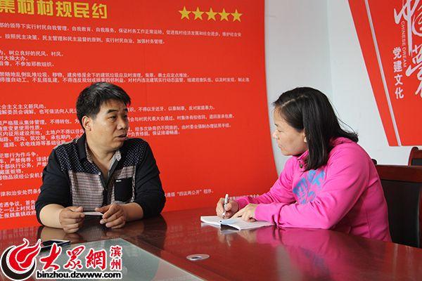 贾家集村第一书记王建良接受记者采访.jpg