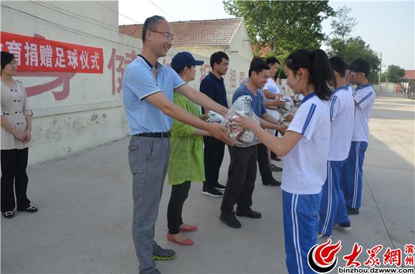 省法院派驻大年陈镇第一书记赠足球.jpg