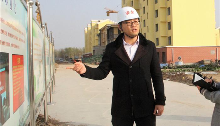 武家村第一书记王志炜向记者介绍小区建设情况_副本.jpg