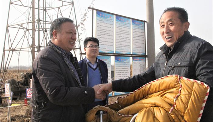 刘冲环村第一书记赵维宝(左)与村民交流_副本.jpg