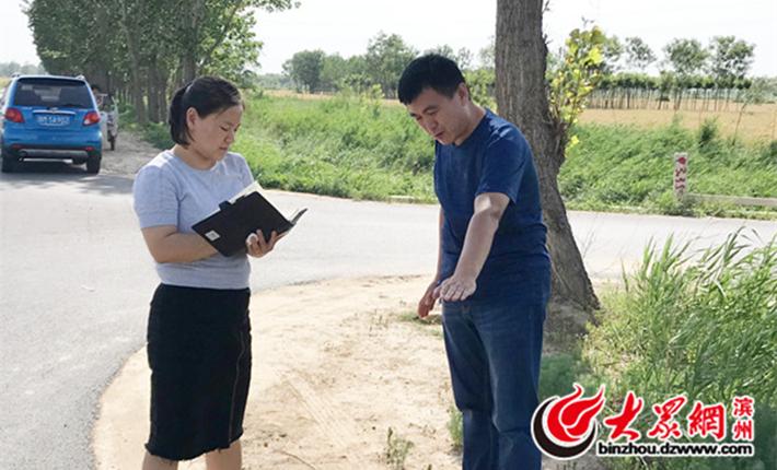 """钦风街村""""第一书记""""朱庆民在跟记者讲述以前道路的情况_副本.jpg"""