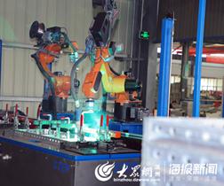 生产线上,全自动机器人正在工作_副本.jpg