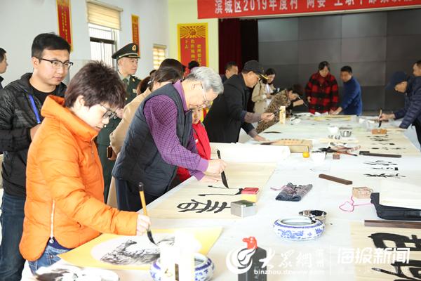 嘉宾们正在进行书画作品创作.jpg